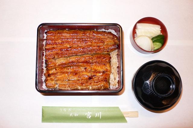 うな重(お新香・きも吸付) 松 1900円・竹 2300円・梅 3200円  うなぎの専門店ですが、夜は一品料理も取り揃えております。 写真は竹(2300円)の写真です。