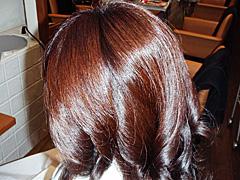 酵素パーマは、天然成分でパーマをかけることができ従来の化学変化によるものではありませんので、刺激も少なく安心してパーマを楽しめます。 髪にも体にもやさしいパーマです。