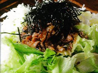 <焼肉サラダ>…当店名物メニューです。甘辛のタレで作った生姜焼き風のお肉が、たーくさんの野菜の上にかかっています。マヨネーズソースとの相性も抜群です!!