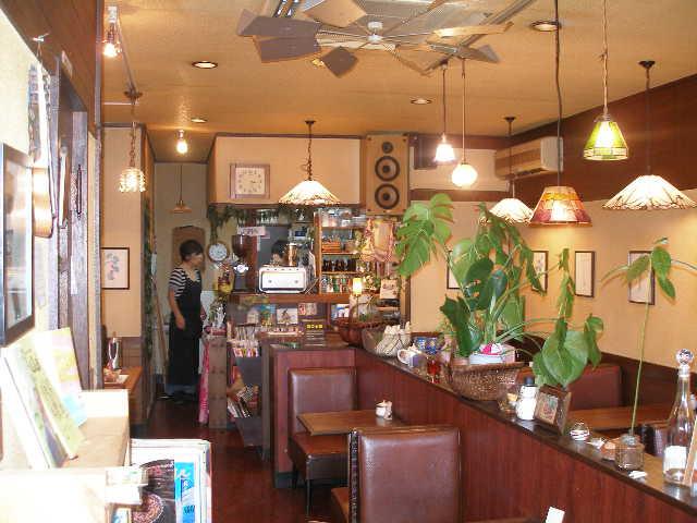 創業36年店構えは少し古いですが店内は良い雰囲気です 音楽はハワイアン中心に流れてます ランチ中心メニューはどれも皆オススメです