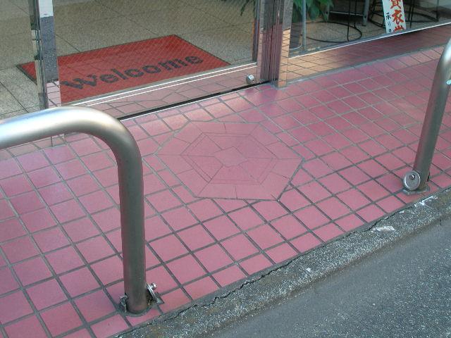 道路との段差が少ないので、車椅子の方にも ご来店いただいております。